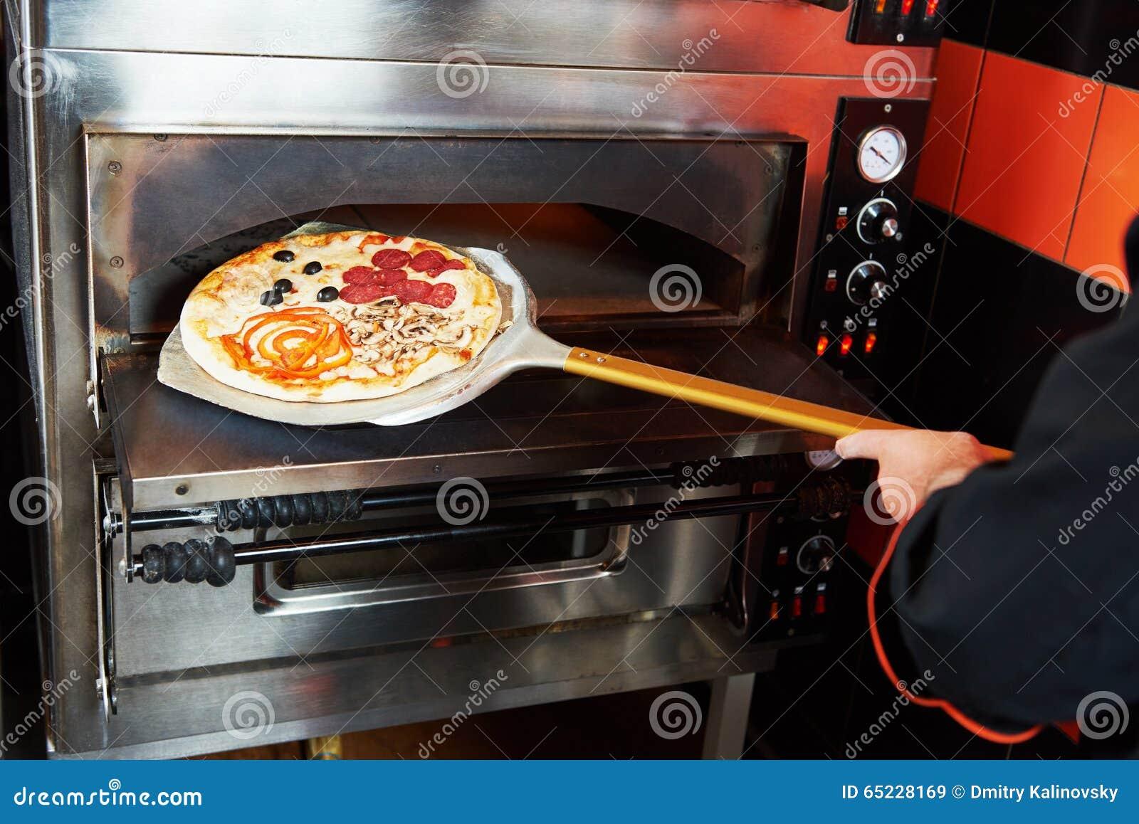 Cocinero del panadero del cocinero que saca la pizza del for Horno pizza segunda mano