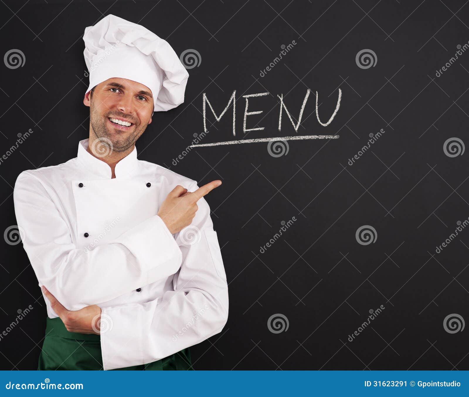 Cocinero hermoso que muestra el menú