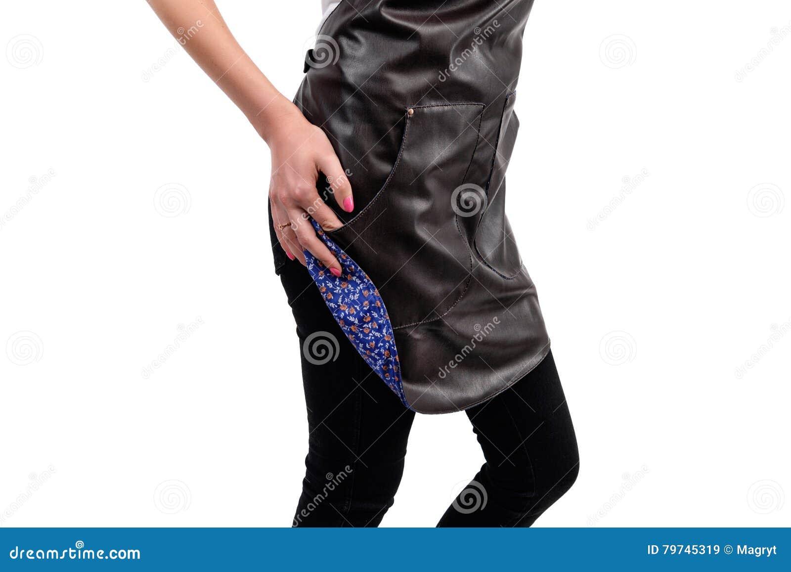 Cocinero o camarero que presenta, delantal que lleva de la mujer joven aislado en el fondo blanco