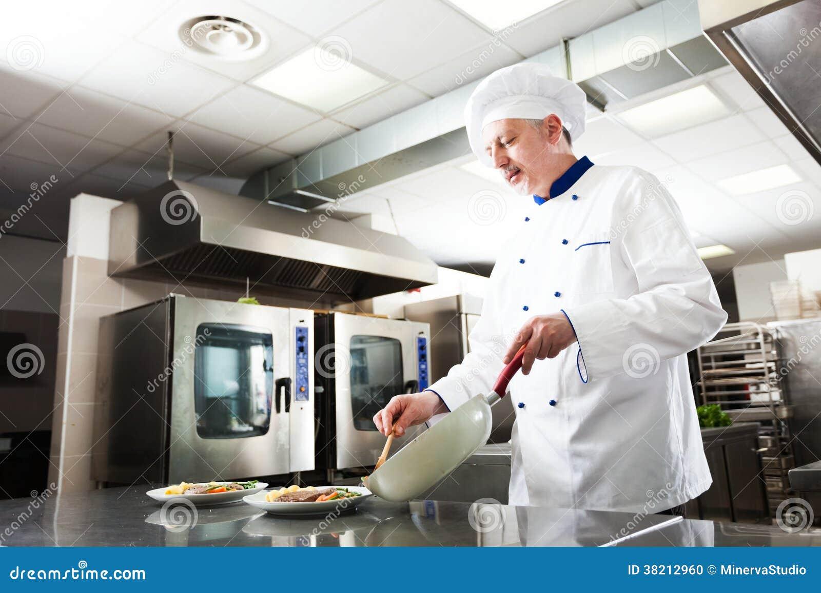Cocinero profesional en el trabajo