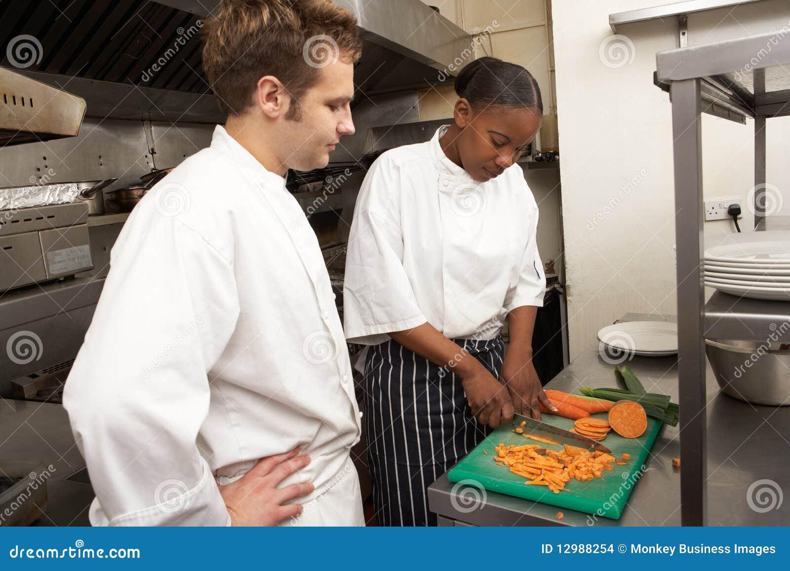 Cocinero Que Da Instrucciones Al Aprendiz Foto de archivo - Imagen ...