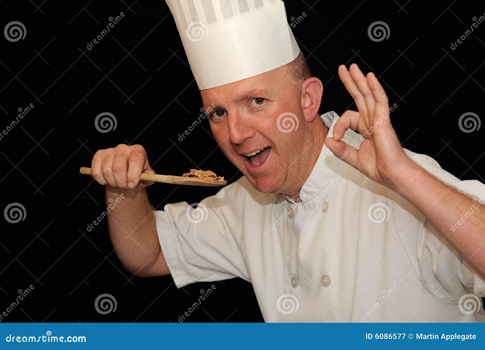 Cocinero que prueba el alimento delicioso