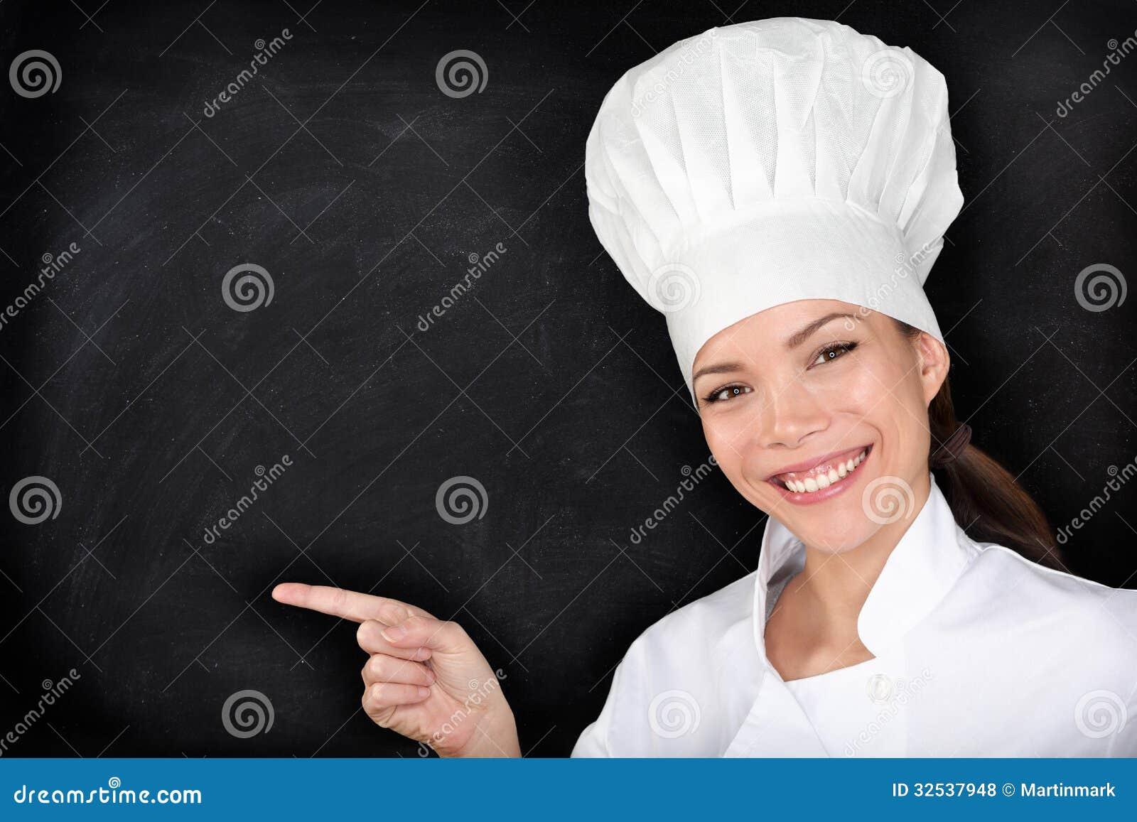 Cocinero que señala mostrando la pizarra en blanco del menú
