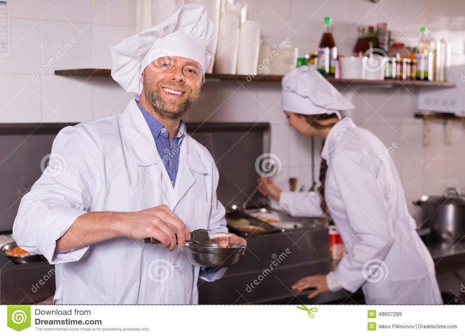 Cocinero y su ayudante en la cocina de los bistros foto de for Ayudante cocina