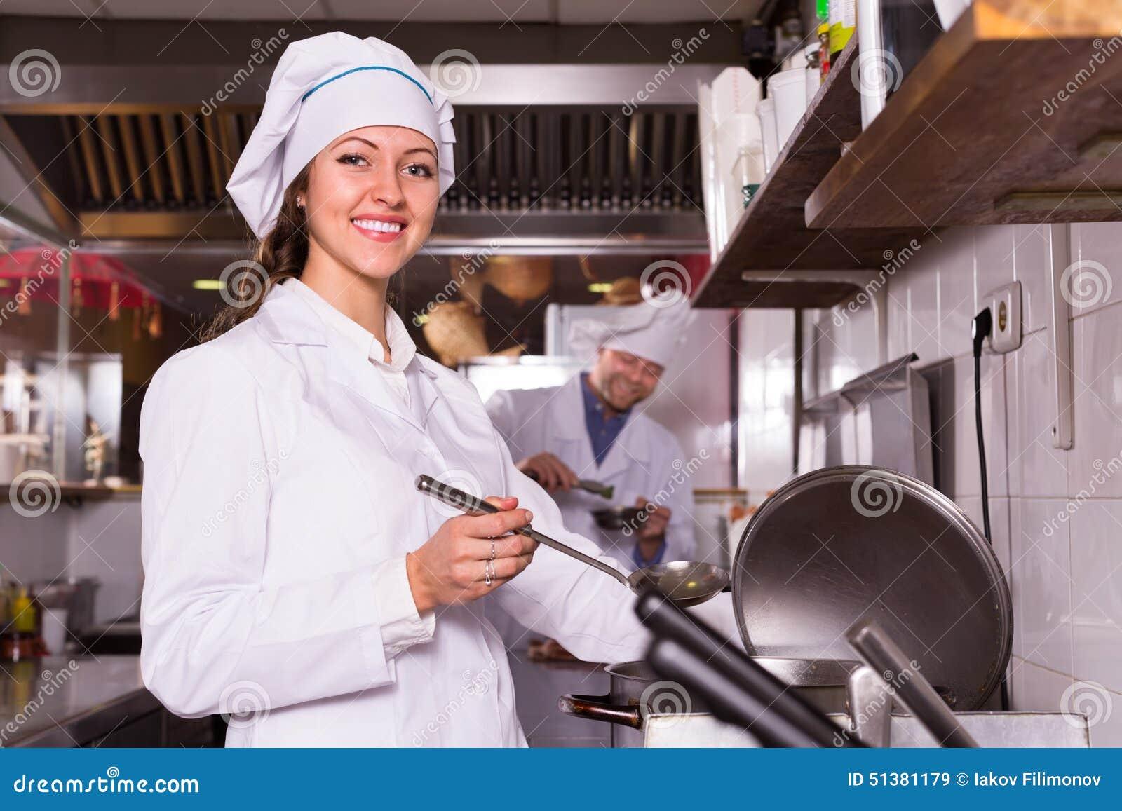 Cocinero y su ayudante en la cocina de los bistros imagen - Ayudante de cocina sueldo ...