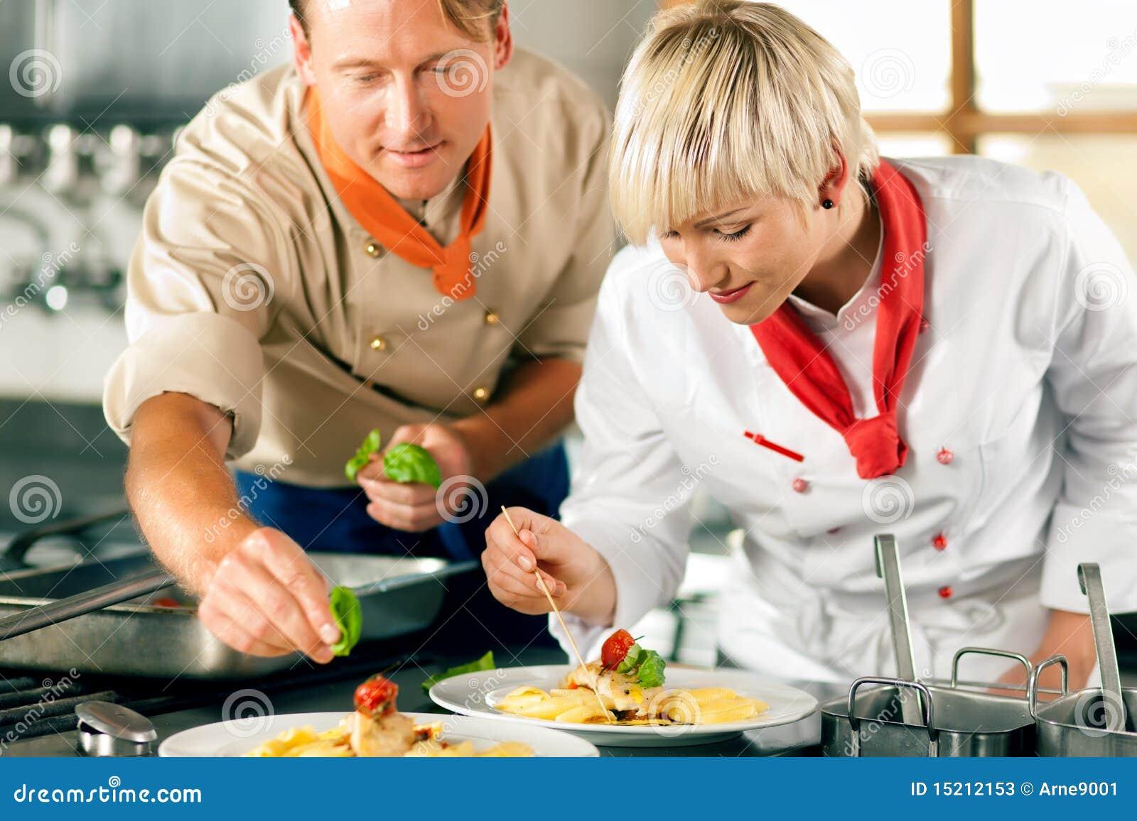cocineros en cocinar de la cocina del restaurante o del