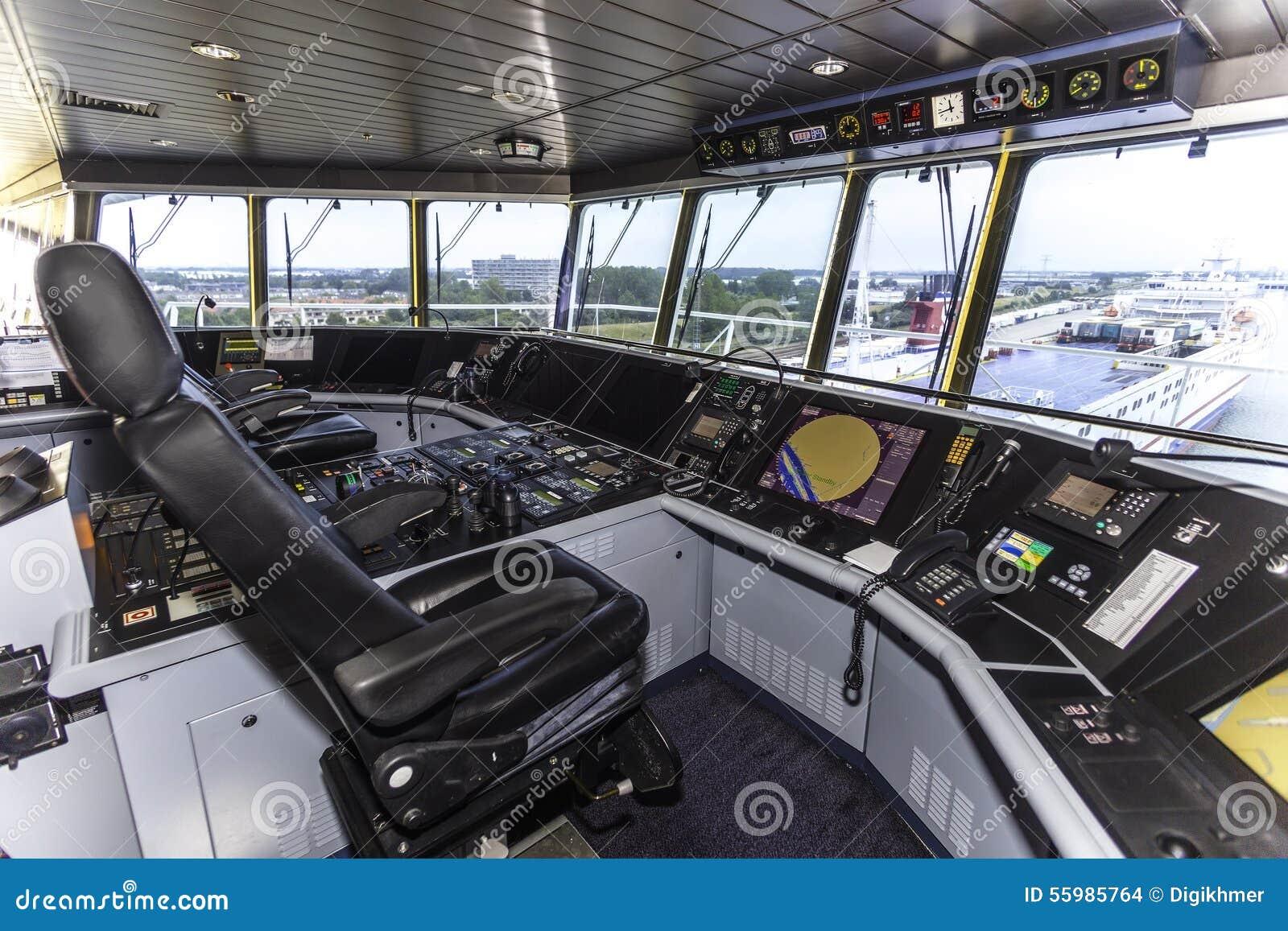 Cockpit eines enormen Containerschiffs