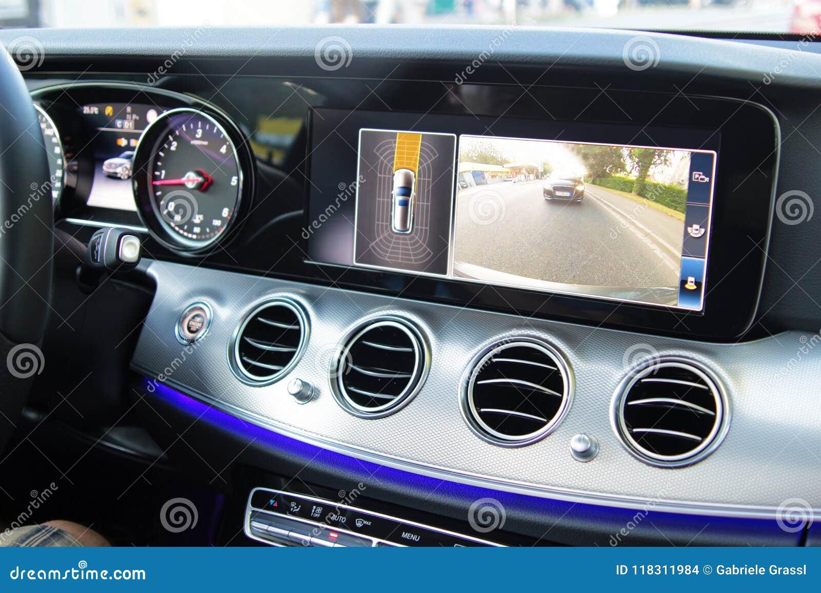 Cockpit eines modernen Autos mit Rückkamera