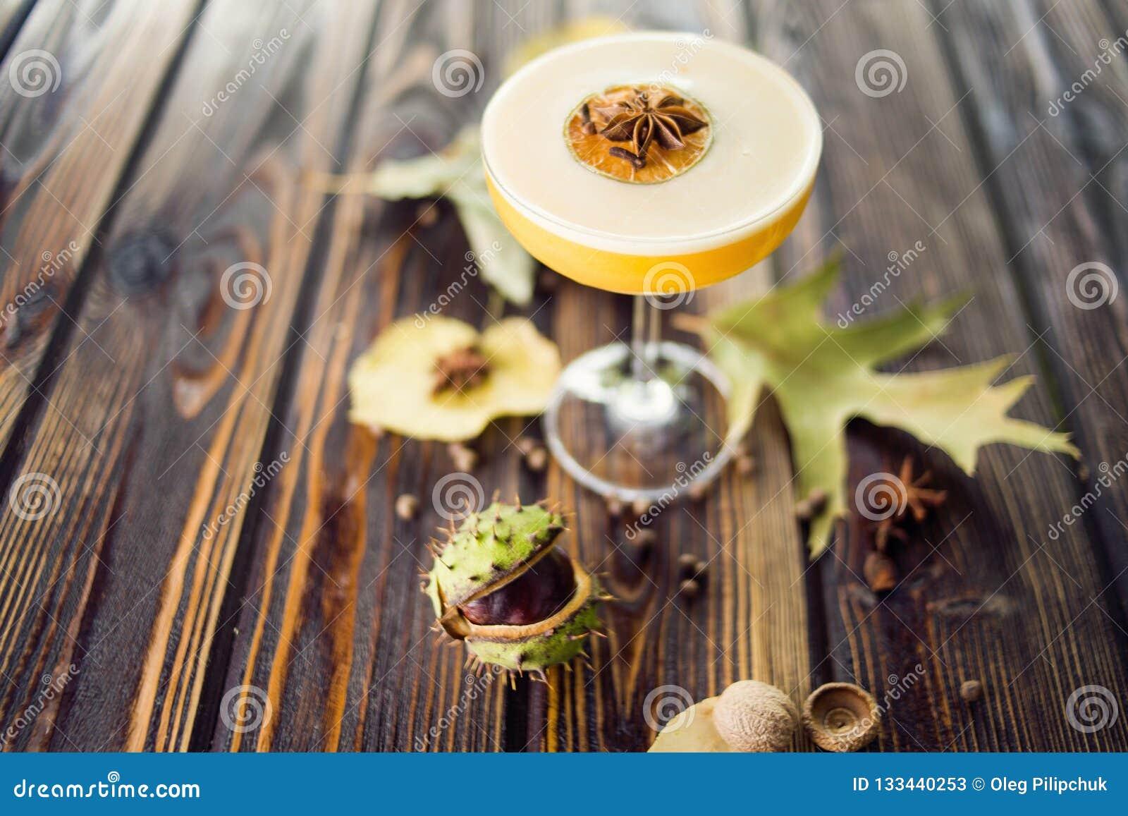 Cocktail alcoólico alaranjado
