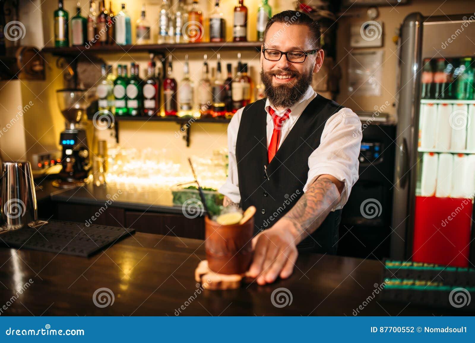 Cocktail attrayant d alcool d exposition de Barkeeper