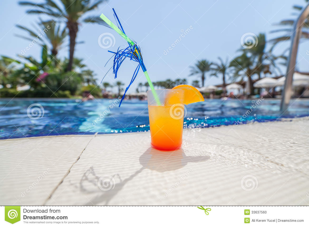 Cocktail au bord de la piscine photo stock image 33637560 for Au bord de la piscine tours