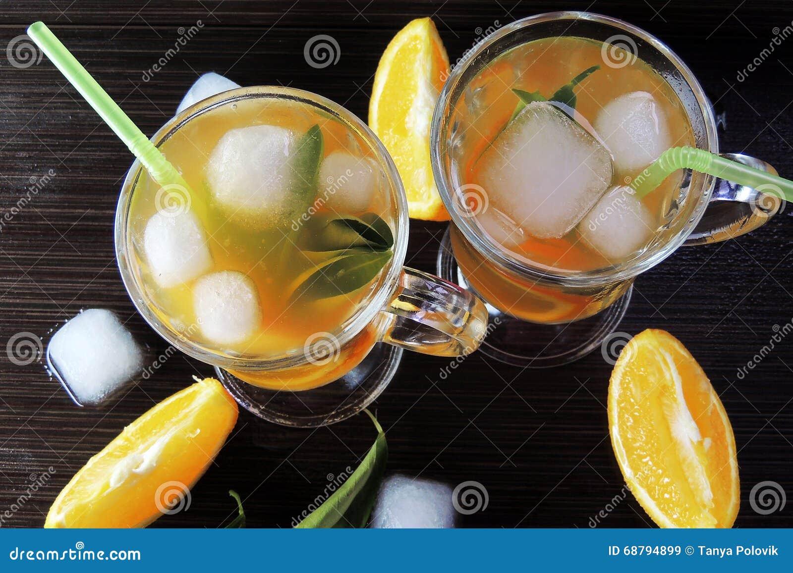 Cocktail avec le fruit et la glace