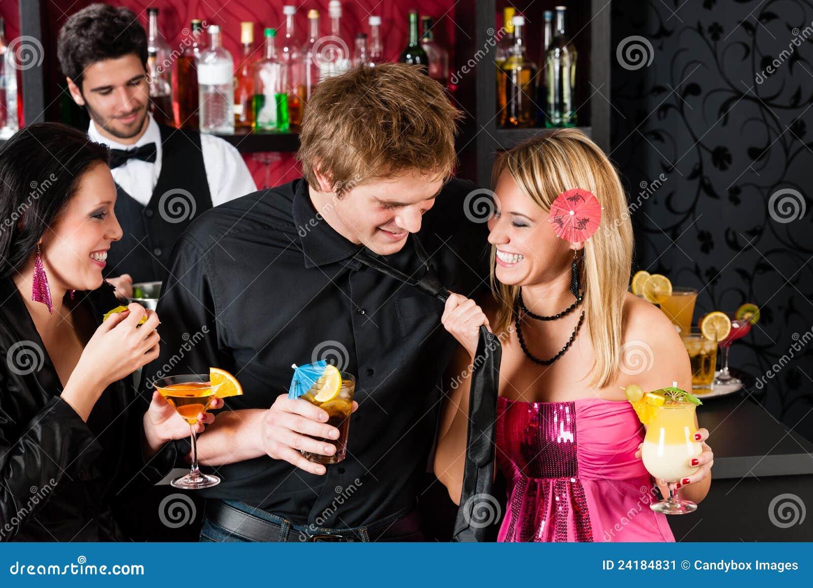 Снял телку в баре, Парень снял телку в баре и трахнул ее дома порно видео 23 фотография