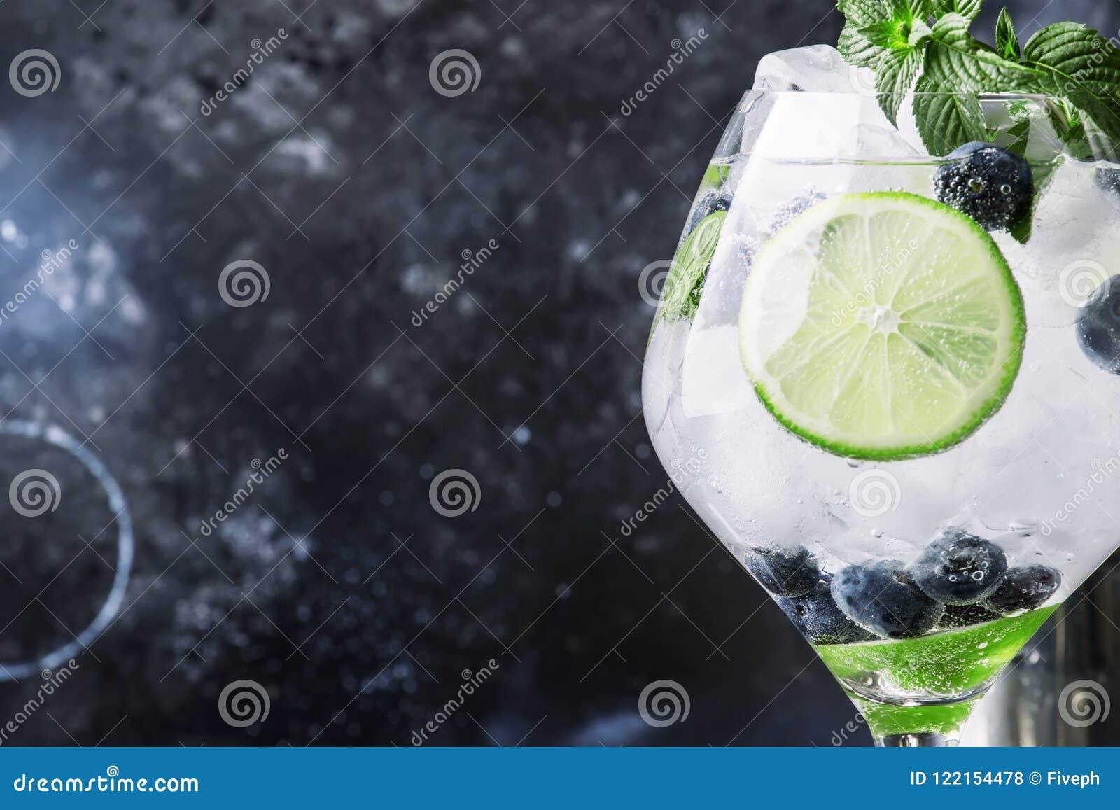 Cocktail-Blaubeeren-mojito des Sommers alkoholisches mit Rum, Minze, Kalk