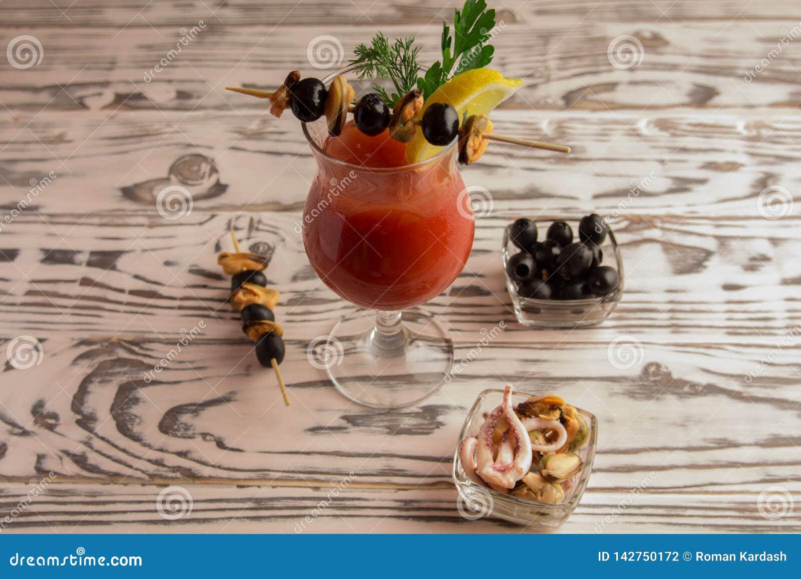 Cocktail bloedige Mary, die een cocktail maken
