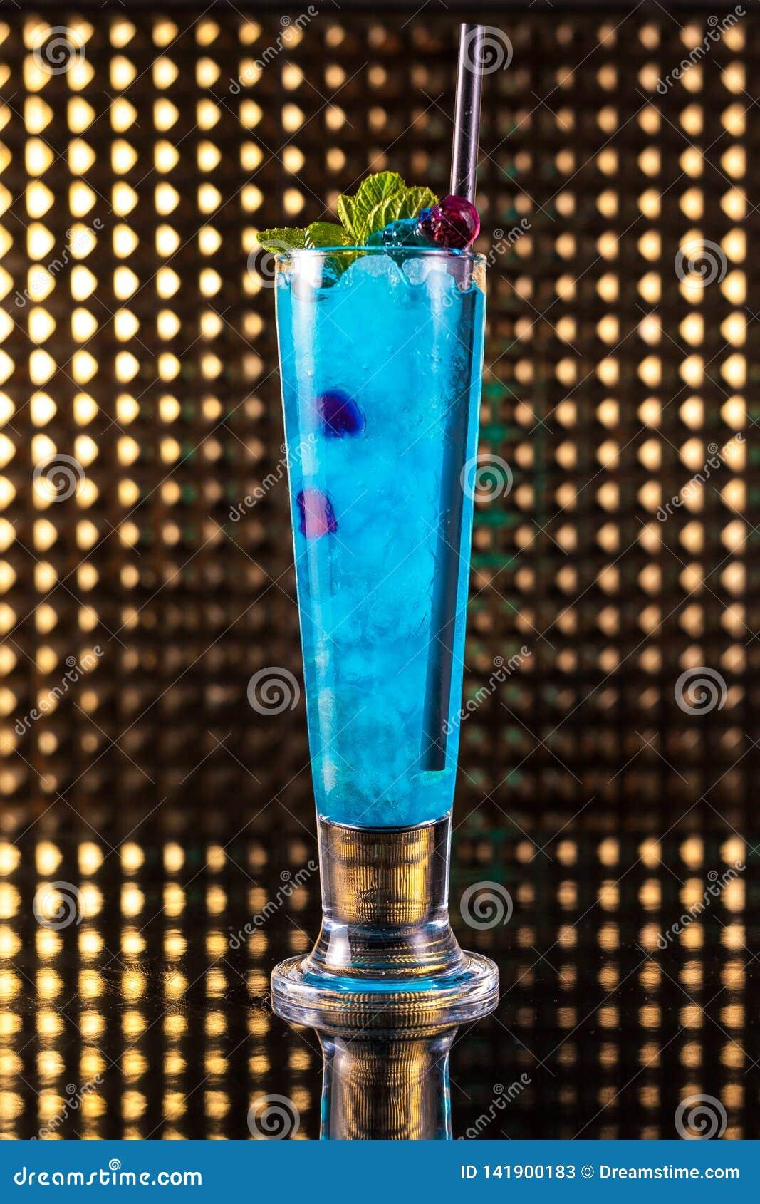 Cocktail blu-chiaro della bacca in vetro alto