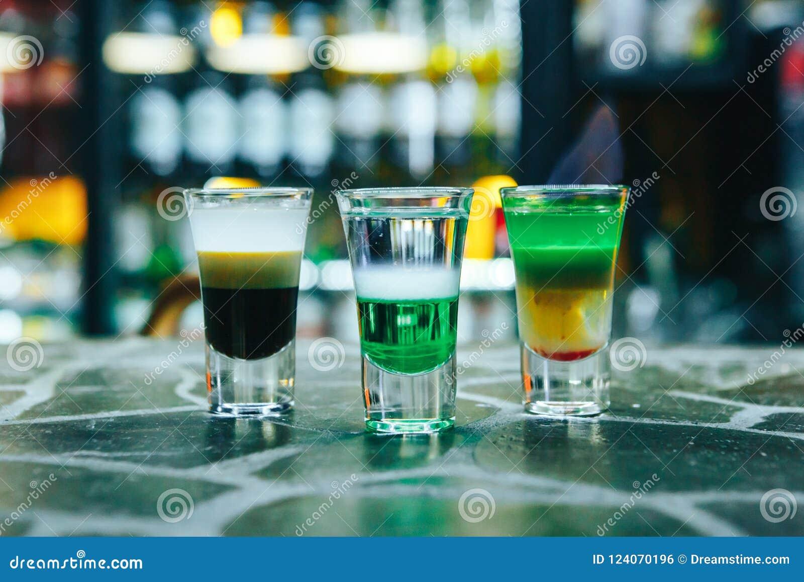 Cocktail brûlant multicouche sur la barre Cocktails courts alcooliques sur la barre