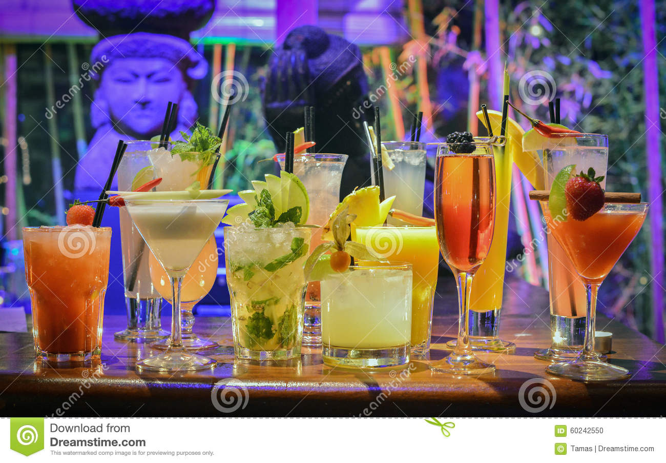 Cocktail coloridos na barra