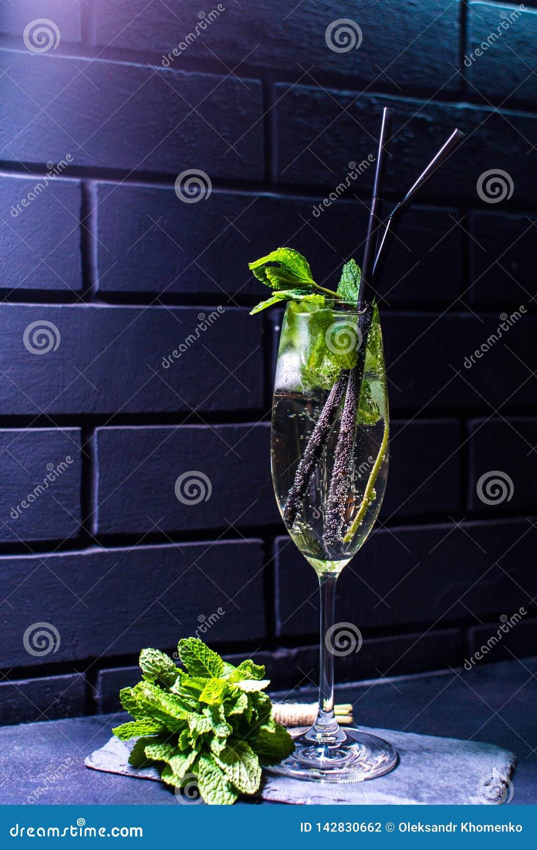 Cocktail contra a parede de tijolo preta