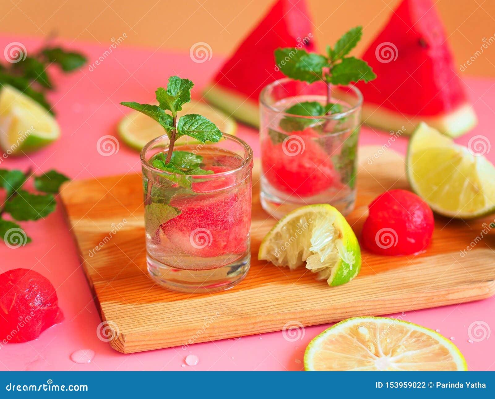 Cocktail da melancia com cal e hortelã