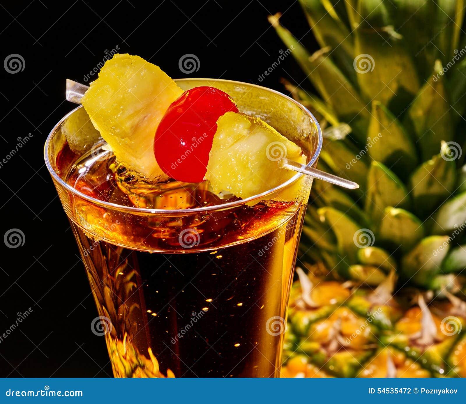 cocktail de champagne avec la cerise et l 39 ananas photo stock image 54535472. Black Bedroom Furniture Sets. Home Design Ideas