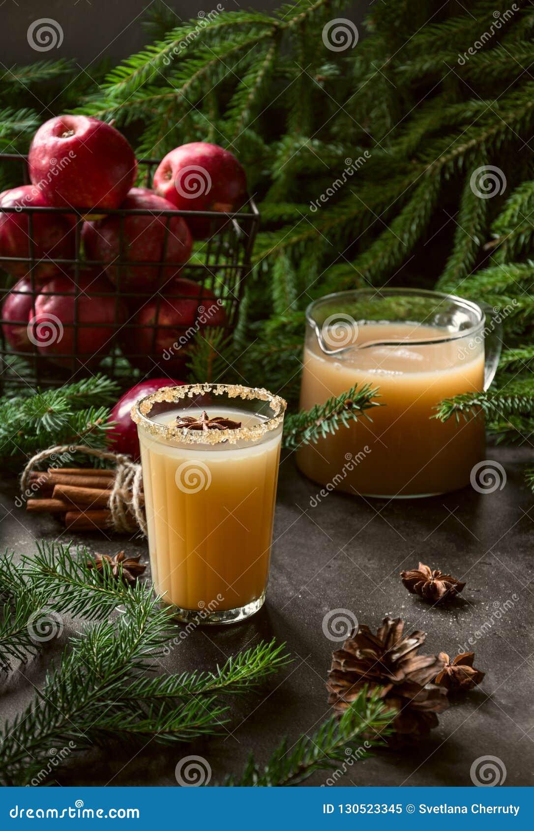 Cocktail de cidre d Apple avec l anis de cardamome et d étoile sur la table noire