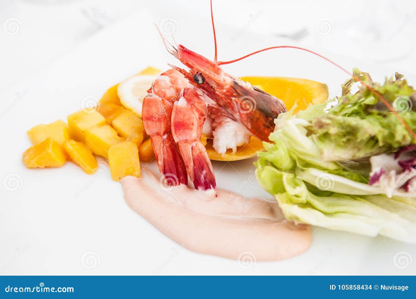 Cocktail de crevettes avec de la salade fraîche de mangue et le habillage crémeux