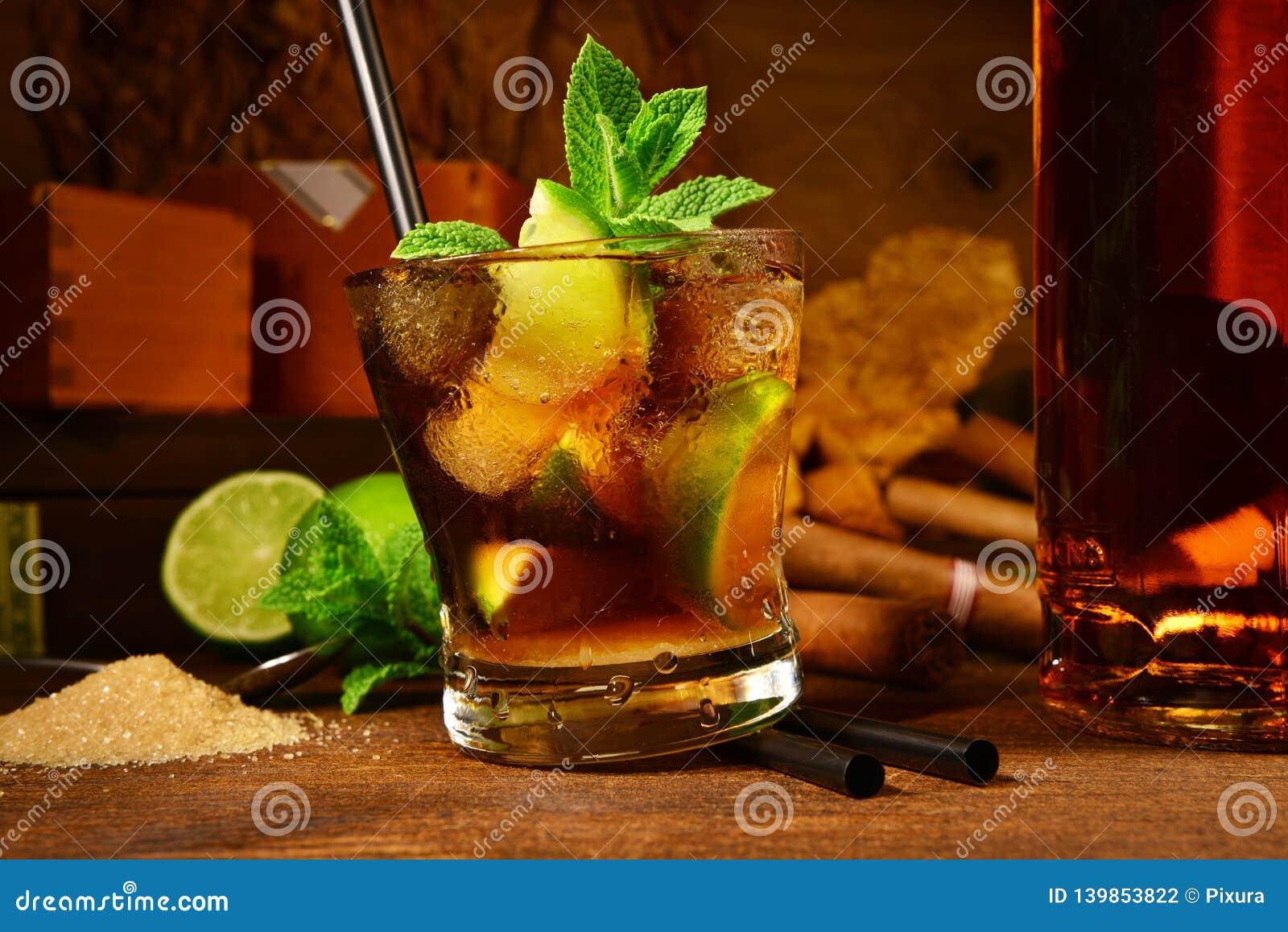 Cocktail de Cuba Libre com charutos