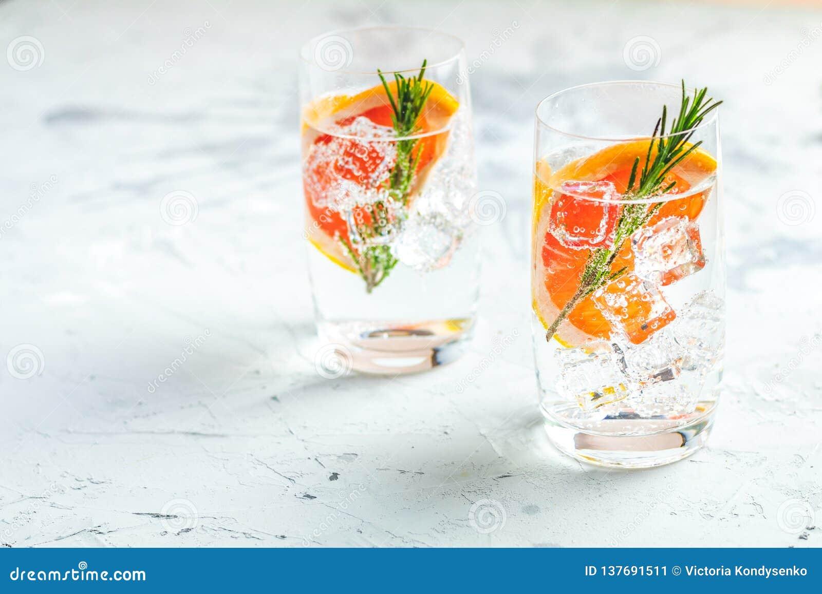 Cocktail de fantaisie mélangé tonique de boissons de divers genièvre