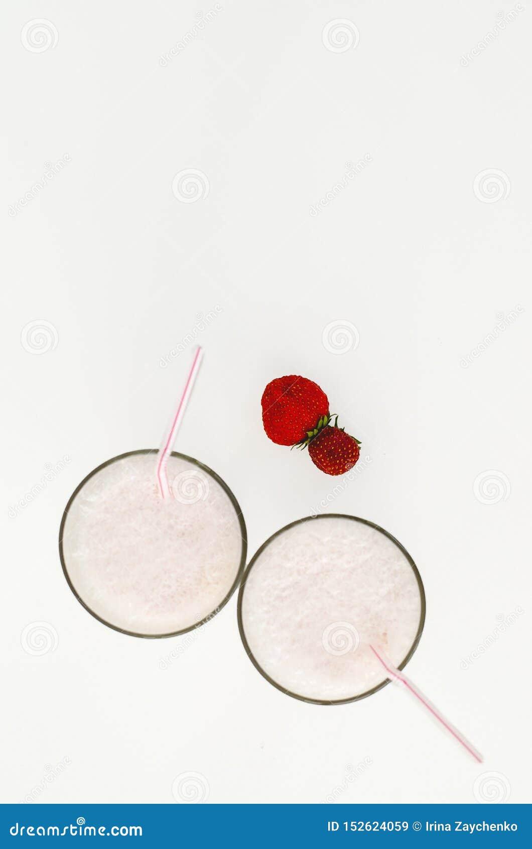 Cocktail de fraise ou lait de poule dans un verre décoré des fraises sur la table Nourriture saine pour le petit d?jeuner et les