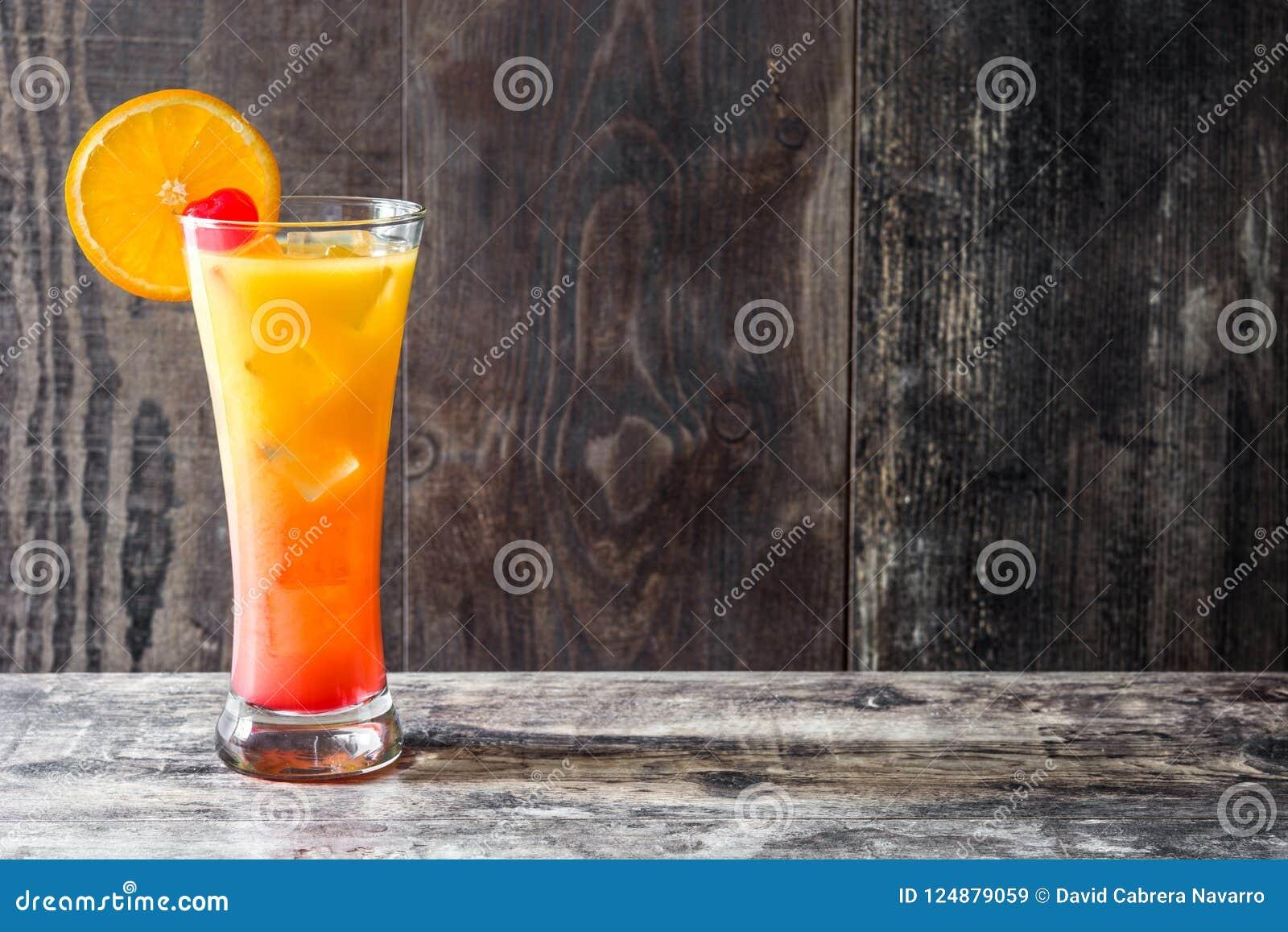 Cocktail de lever de soleil de tequila en verre sur la table en bois