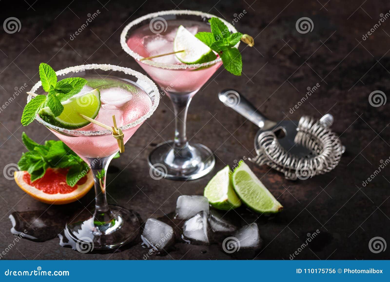 Cocktail de Margarita com borda salgada, cal e suco de toranja fresco, bebida de refrescamento ou bebida do citrino frio do verão