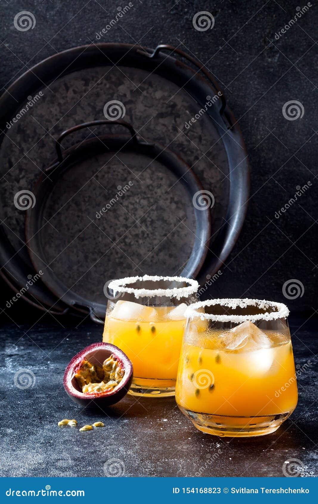 Cocktail de margarita de passionfruit de mangue avec la chaux Boisson alcoolisée tropicale pour l été