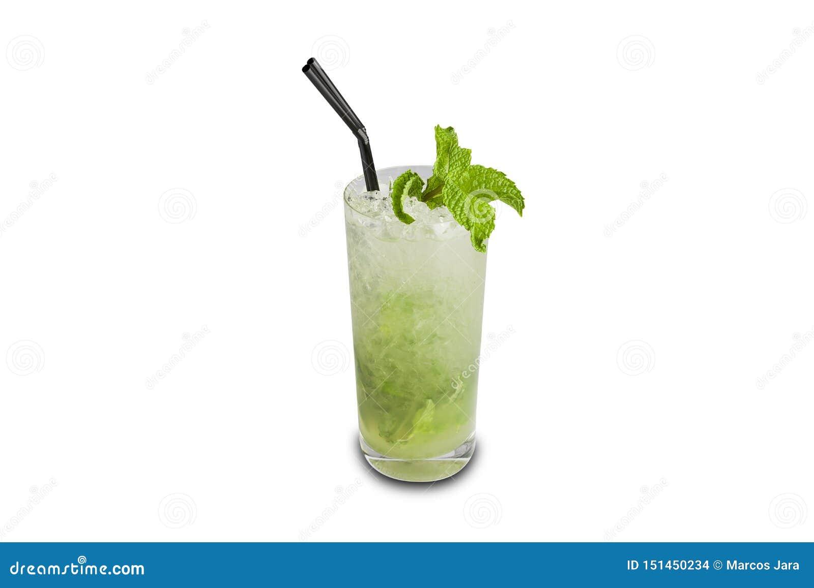 Cocktail de Mojito isolado no fundo branco