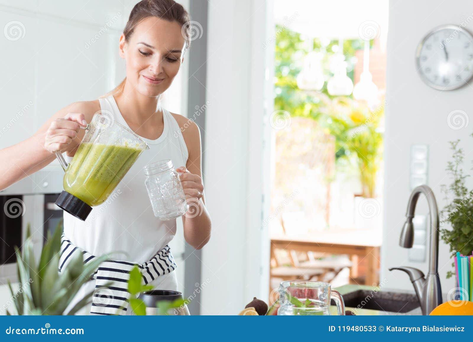 Cocktail de versement de femme dans le pot