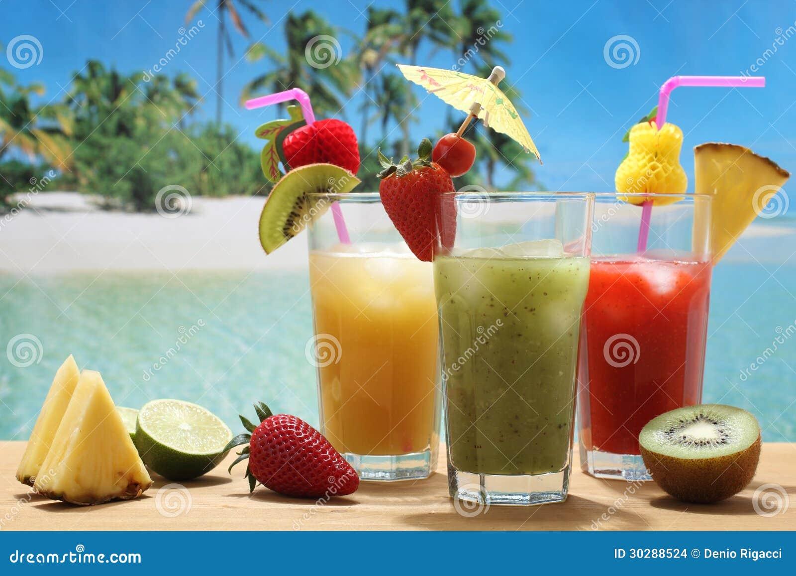 Cocktail di frutta sulla spiaggia tropicale fotografia for Disegni di casa sulla spiaggia tropicale