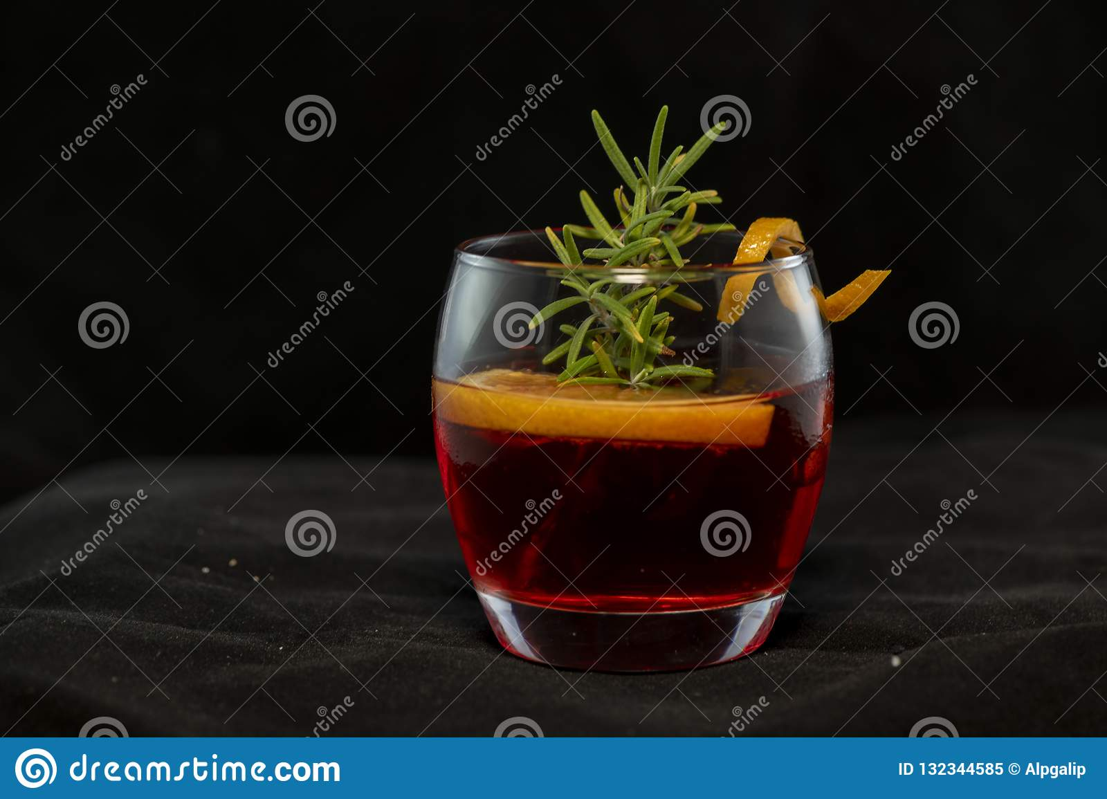Cocktail di Gotfather con il whiskey di bourbon, l amaretto, il cuneo arancio ed i rosmarini