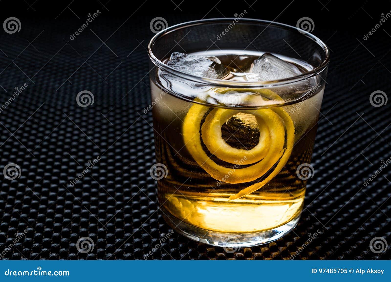 Cocktail di Highball con la buccia ed il ghiaccio di limone