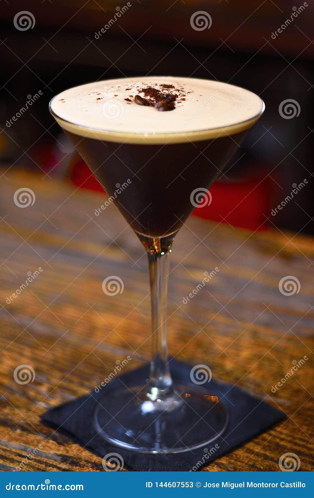 Cocktail di martini del caffè espresso con i chicchi di caffè sulla barra