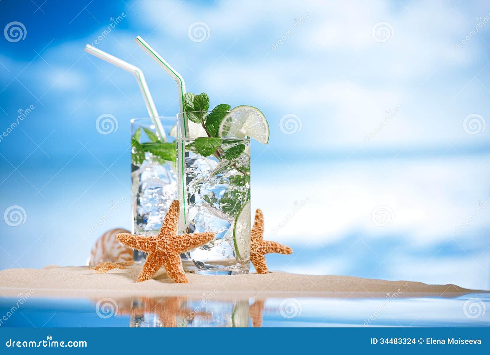 Cocktail di mojito sulla sabbia della spiaggia e sulla for Disegni di casa sulla spiaggia tropicale