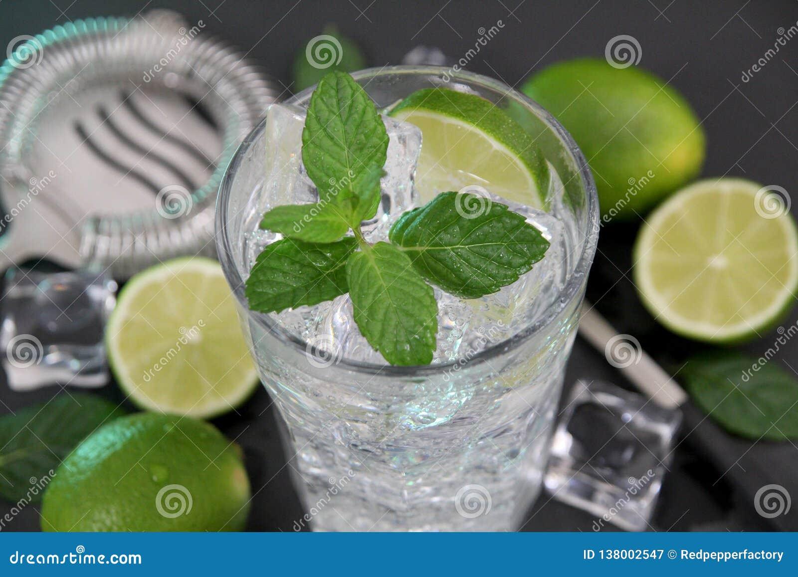 Cocktail di Mojito sulla tavola di pietra scura