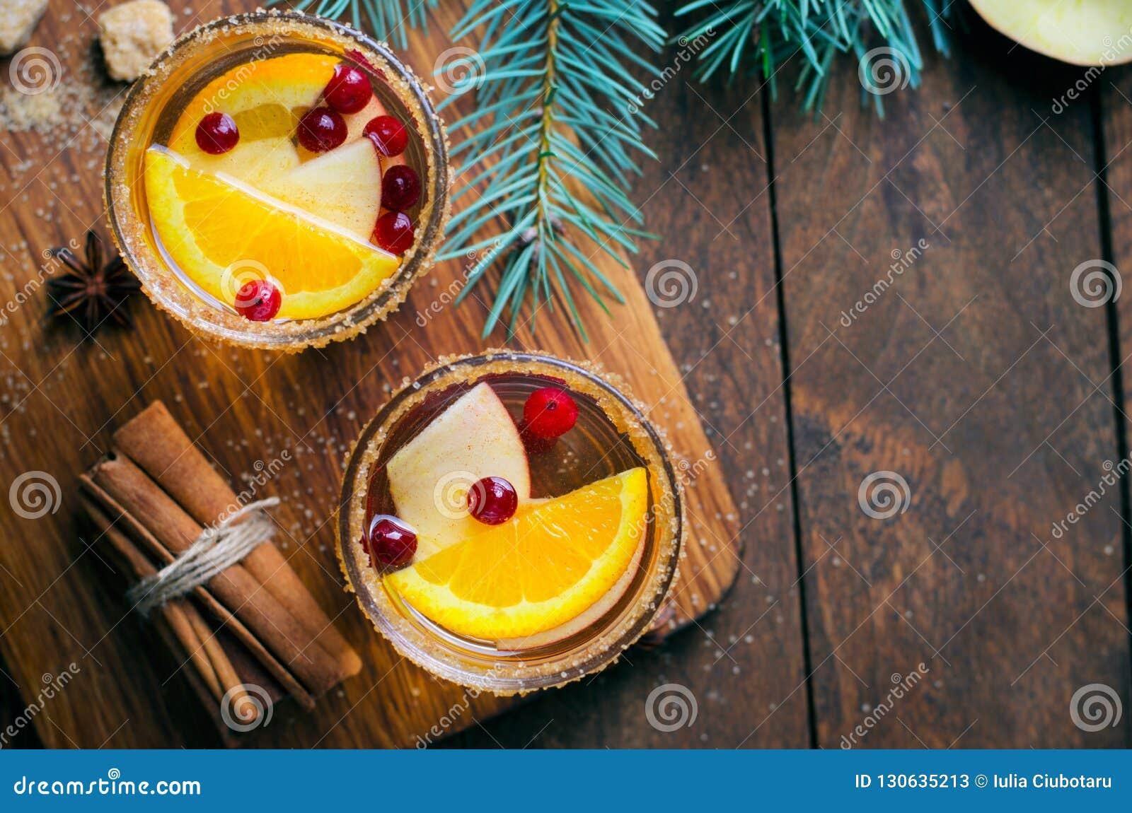 Cocktail do inverno, sangria do Natal com fatias de Apple, laranja, arando e especiarias, bebida de refrescamento