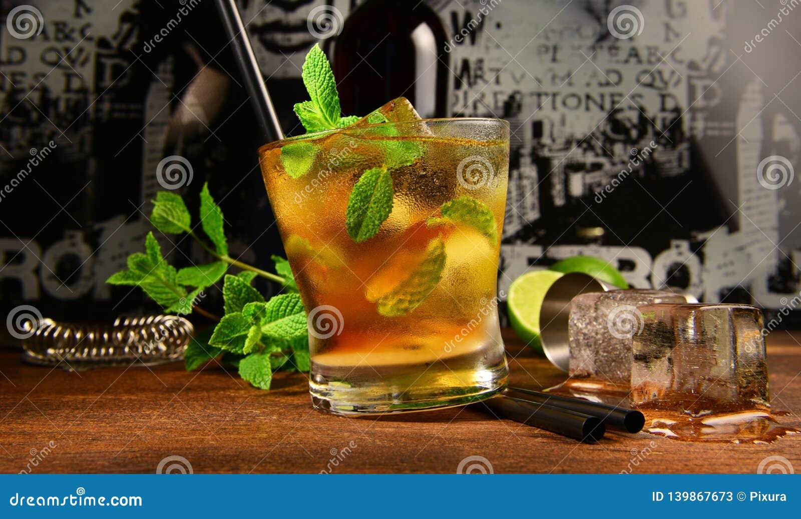 Cocktail do uísque da hortelã