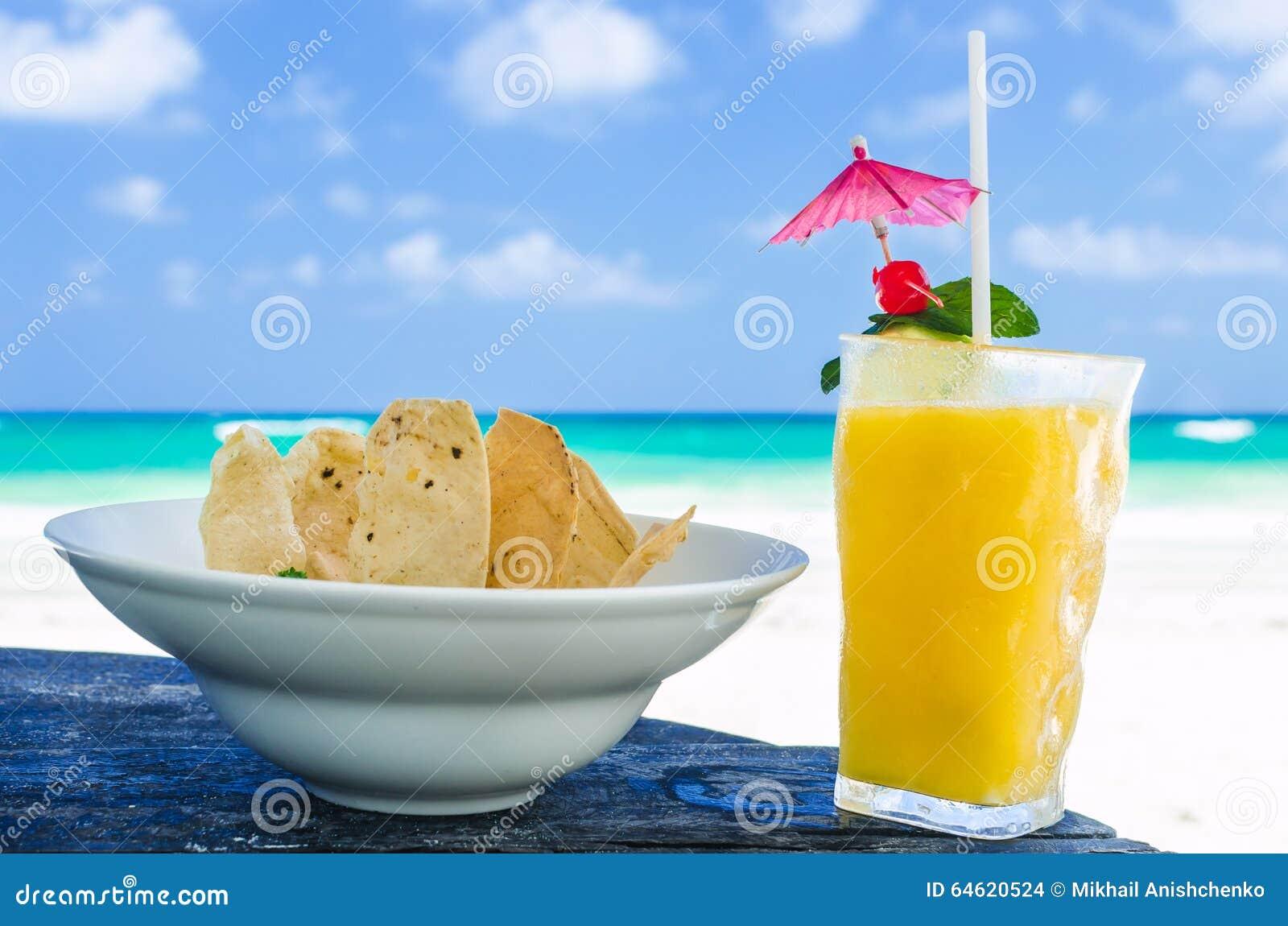Cocktail frais avec le jus d 39 orange et les nachos sur la for Cocktail jus d orange