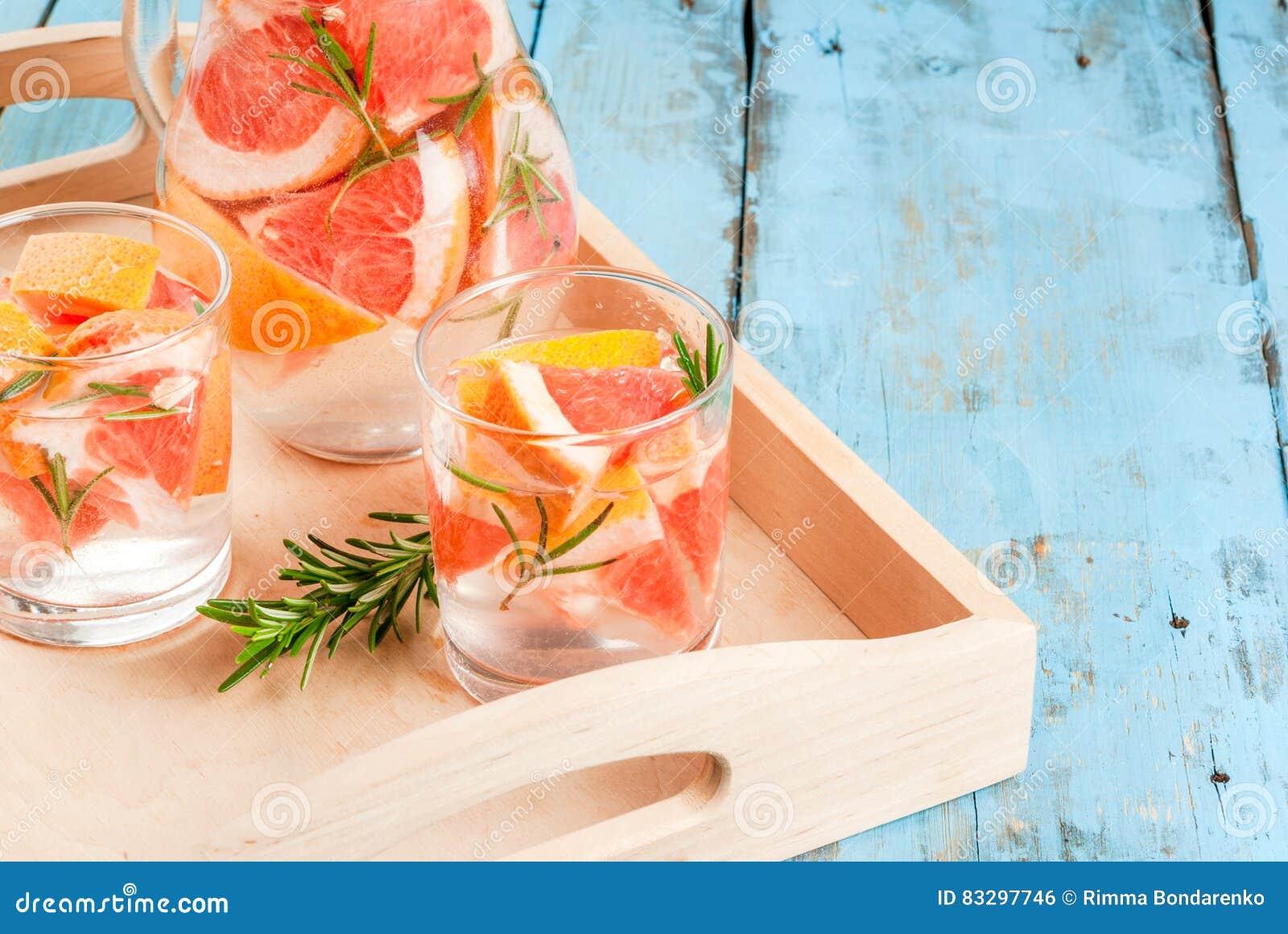 Cocktail met grapefruit en rozemarijn