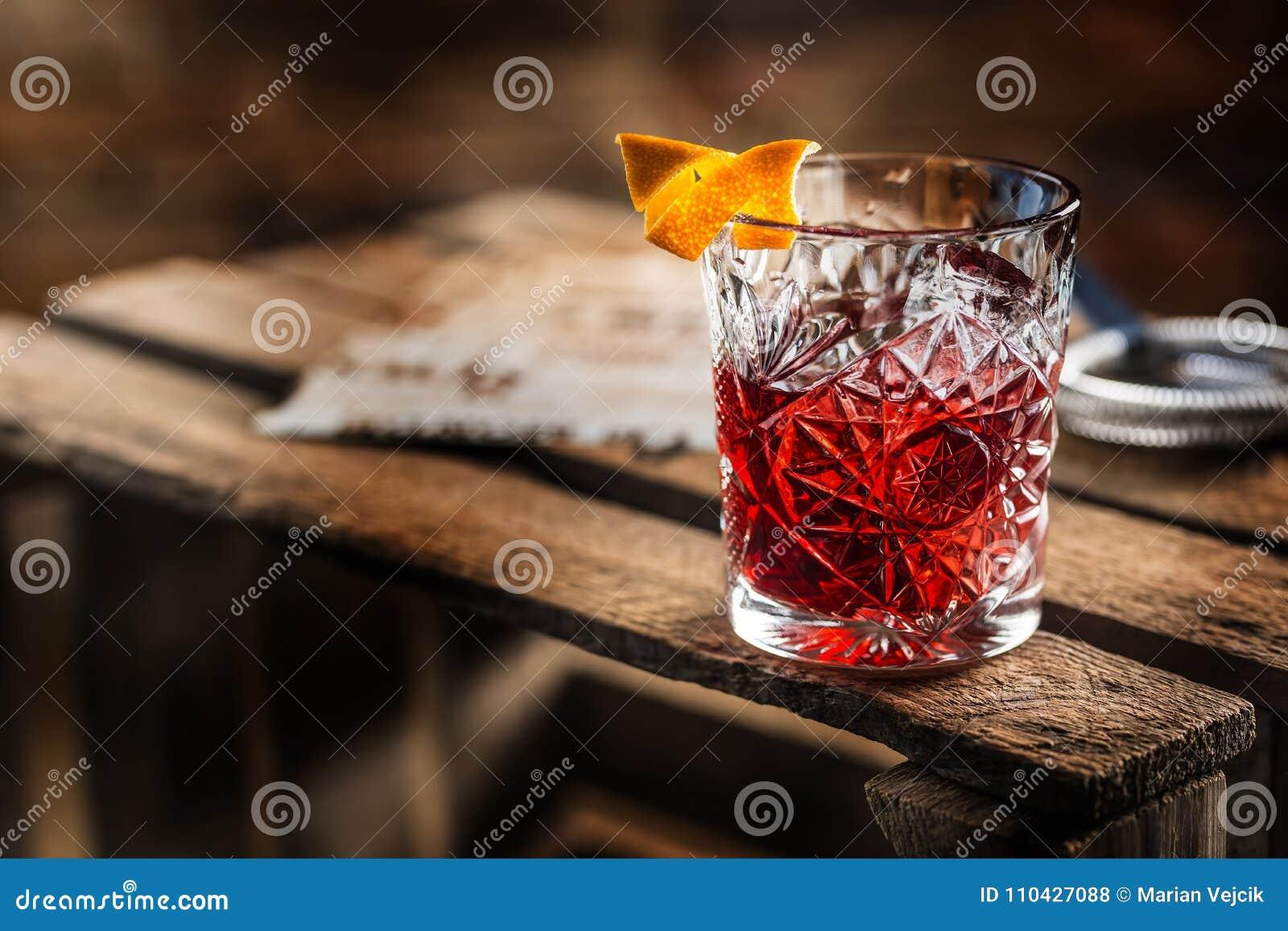 Cocktail Negroni sur un vieux conseil en bois Boisson avec le genièvre, campari