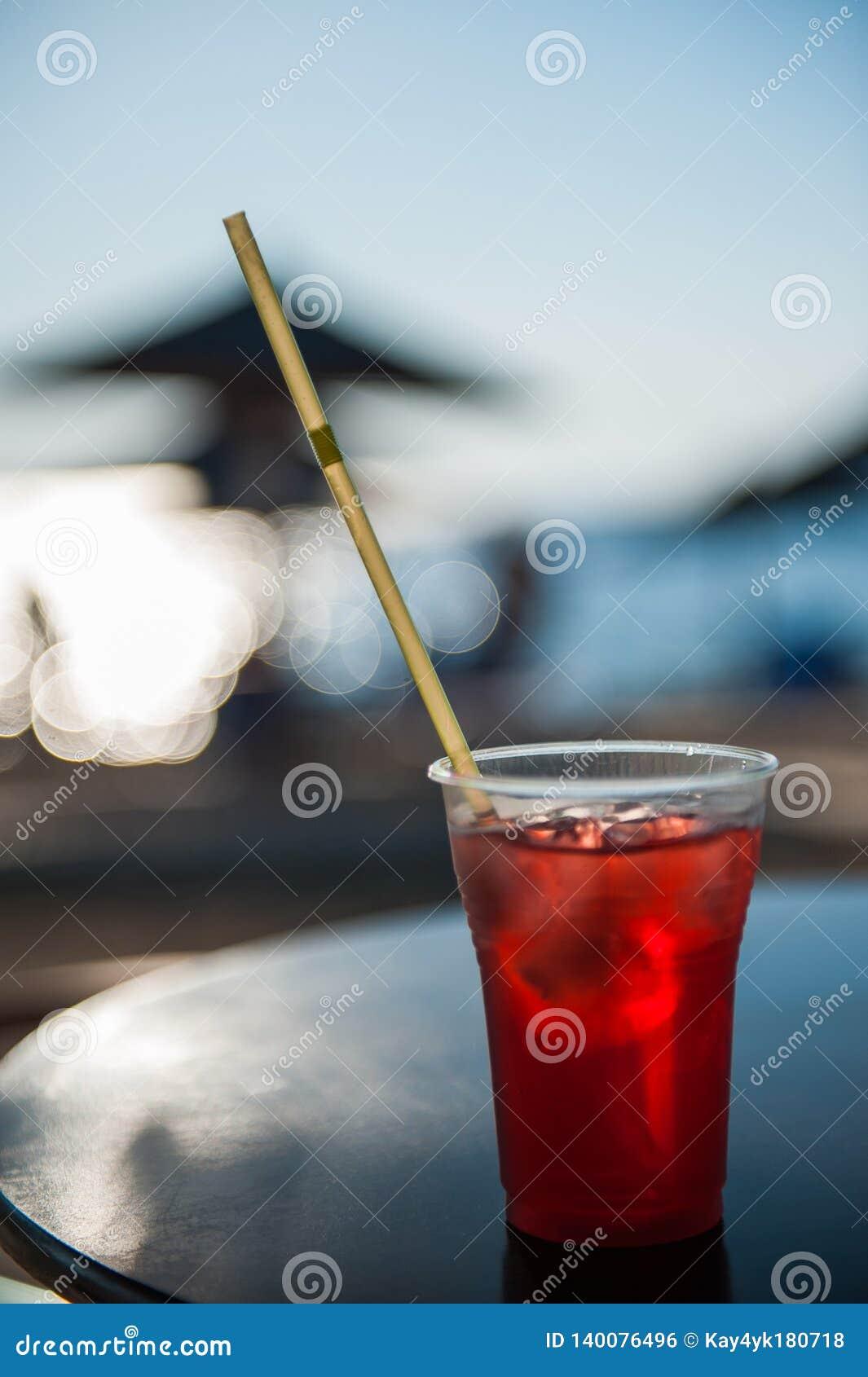 Cocktail op het strand met ijs in heet weer