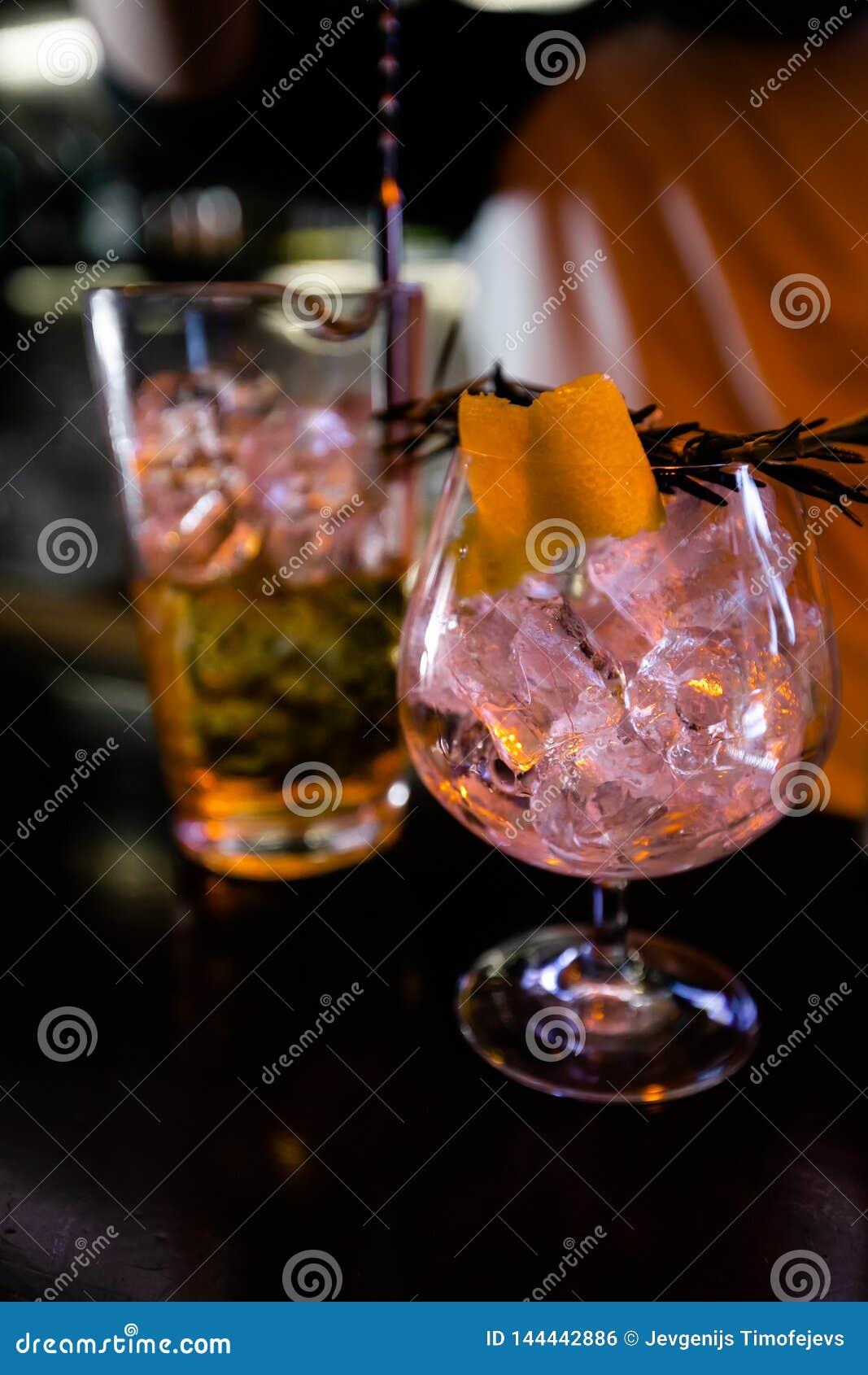 Cocktail pelo empregado de bar em um clube noturno - as habilidades do barman s?o mostradas
