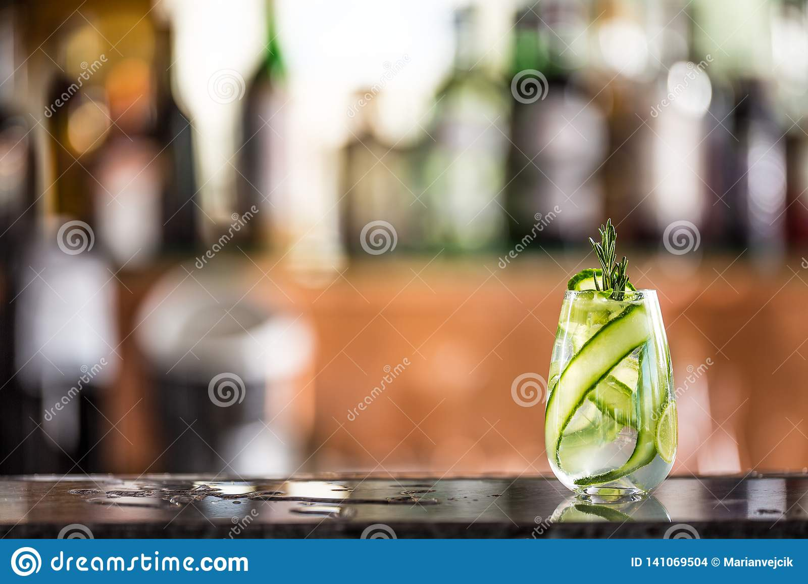 Cocktail tonique de genièvre avec le concombre sur le compteur de barre dans le chiot ou le restaurant