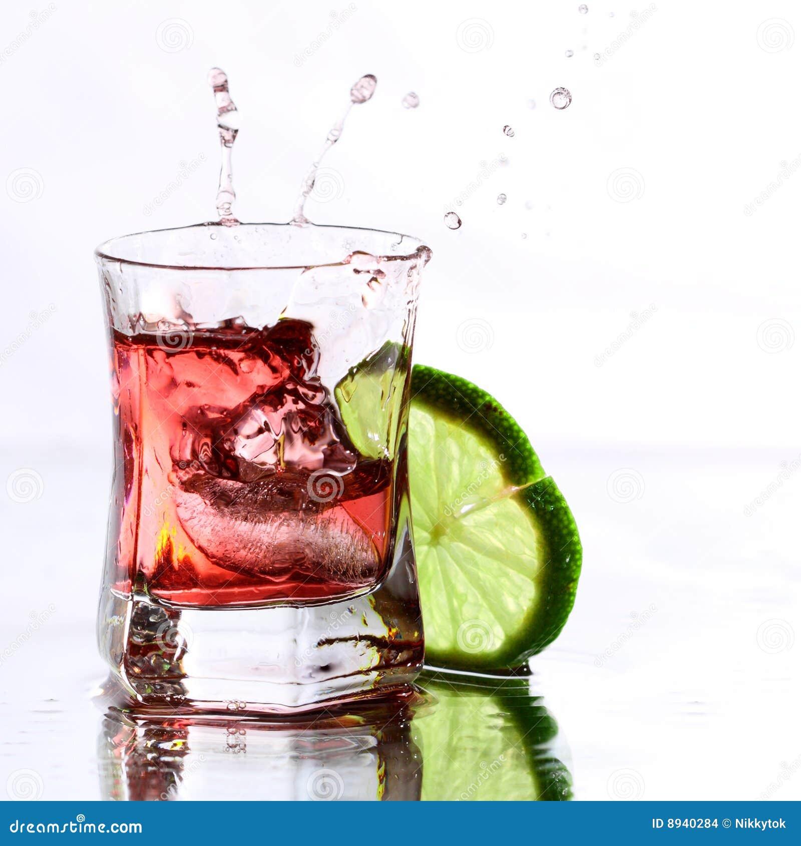 Cocktail vermelho com cal no branco